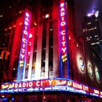 Das Foto wurde bei Radio City Music Hall von Adrian M. am 4/13/2013 aufgenommen