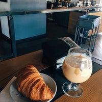 Foto tomada en Corvus Coffee Roasters por Heather Capri G. el 6/13/2017