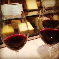 Снимок сделан в Murray's Cheese Bar пользователем eFlirt Expert 10/28/2013