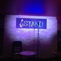Photo prise au The Stand Restaurant & Comedy Club par Roberto T. le3/15/2013