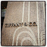 Foto tomada en Tiffany & Co. por Angie M. el 5/18/2013