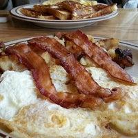 รูปภาพถ่ายที่ White's Diner โดย Claudia H. เมื่อ 10/10/2013