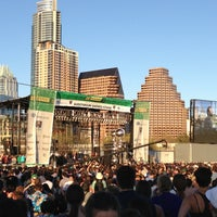 Foto tirada no(a) Auditorium Shores at Lady Bird Lake por Leslie B. em 3/16/2013