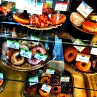 Das Foto wurde bei Top Pot Doughnuts von Todd T. am 3/16/2013 aufgenommen