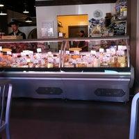 Das Foto wurde bei C'est Cheese von Katherine R. am 9/15/2012 aufgenommen