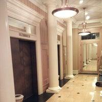 Foto tirada no(a) St. Gregory Hotel por Saku Y. em 11/17/2012