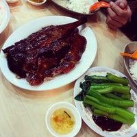 Photo prise au Yat Lok Restaurant par Sue-Anne C. le12/26/2013