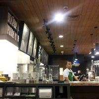 Photo prise au Starbucks par Adrian F. le7/31/2013