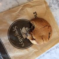 Foto tirada no(a) Specialty's Café & Bakery por Maddy C. em 10/2/2014