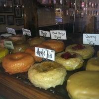 Das Foto wurde bei Dun-Well Doughnuts von Nandita R. am 7/22/2013 aufgenommen