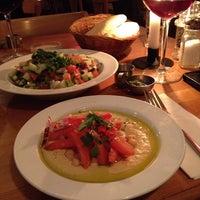 3/30/2014 tarihinde Desiree S.ziyaretçi tarafından Zula Hummus Café'de çekilen fotoğraf