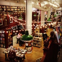 Foto tomada en Housing Works Bookstore Cafe  por chris w. el 12/15/2012