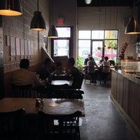 Photo prise au Cafe Neon par Kael R. le8/20/2014