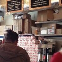 Photo prise au Federal Donuts par Amy C. le4/29/2013
