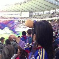 Das Foto wurde bei 味の素スタジアム ホーム側ゴール裏 von kazuhito y. am 4/27/2013 aufgenommen