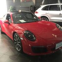 1/28/2017 tarihinde ポルziyaretçi tarafından Porsche Center Ginza / ポルシェセンター銀座'de çekilen fotoğraf