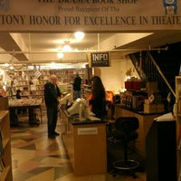รูปภาพถ่ายที่ Drama Book Shop โดย Joseph B. เมื่อ 12/31/2012