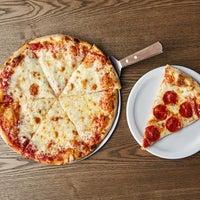 Photo prise au Johnny's New York Style Pizza par Yext Y. le9/1/2019