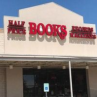 Photo prise au Half Price Books par Yext Y. le9/5/2018