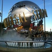 12/27/2012 tarihinde Emily C.ziyaretçi tarafından Universal Studios Hollywood Globe and Fountain'de çekilen fotoğraf
