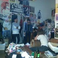 รูปภาพถ่ายที่ Burger Records โดย Ronald V. เมื่อ 4/12/2014