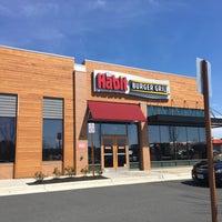 Foto tirada no(a) The Habit Burger Grill por Luke C. em 4/2/2017