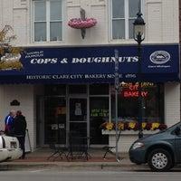 รูปภาพถ่ายที่ Cops & Doughnuts Bakery โดย Douglas G. เมื่อ 10/20/2012