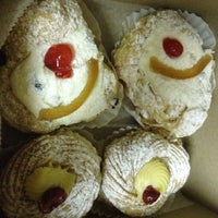 Снимок сделан в LaGuli Pastry Shop пользователем Jo  G. 3/22/2014