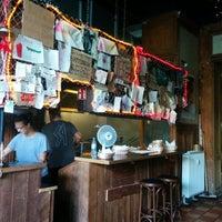 Foto tomada en Tommi's Burger Joint por Nancy M. el 8/27/2014
