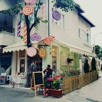 Das Foto wurde bei Büyükada Şekercisi Candy Island Cafe Patisserie von Sevda Ç. am 6/3/2015 aufgenommen