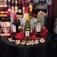 Photo prise au Diplomat Wines & Spirits par Lauren S. le12/19/2013