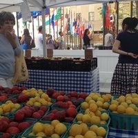Снимок сделан в Rockefeller Center Farmers Market пользователем Emily F. 8/14/2013