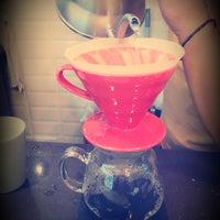 Photo prise au Tribu Caffe Artigiano par Ebru K. le8/20/2015