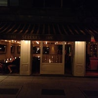 Photo prise au Serena's Wine Bar-Cafe par ozcan o. le6/19/2014