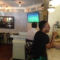 Photo prise au Serena's Wine Bar-Cafe par ozcan o. le7/9/2014