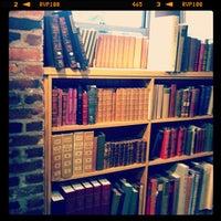 Das Foto wurde bei Second Story Books von Shannon Y. am 3/5/2012 aufgenommen