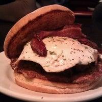 Foto tomada en DMK Burger Bar por Christina Y. el 3/4/2012