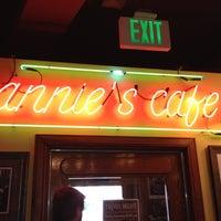 Das Foto wurde bei Annie's Cafe & Bar von Garland T. am 5/13/2012 aufgenommen