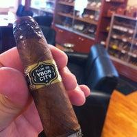 8/22/2012 tarihinde Joshua F.ziyaretçi tarafından Tampa Sweethearts Cigar Co'de çekilen fotoğraf