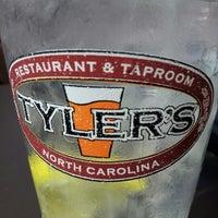 Photo prise au Tyler's Restaurant & Taproom par Anthony M. le9/30/2012