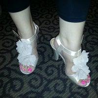 Das Foto wurde bei DSW Designer Shoe Warehouse von Ashlee D. am 4/20/2013 aufgenommen