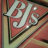 Foto scattata a BJ's Restaurant & Brewhouse da Ralph il 11/28/2012