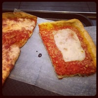 Снимок сделан в Rizzo's Fine Pizza пользователем Urban S. 12/22/2013