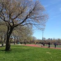 Foto tomada en McCarren Park por Melanie T. el 4/21/2013