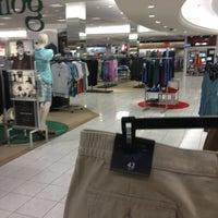 รูปภาพถ่ายที่ Macy's โดย Dan Q. เมื่อ 8/2/2013