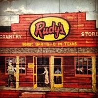 Foto tomada en Rudy's Country Store & Bar-B-Q por Josh B. el 2/7/2013