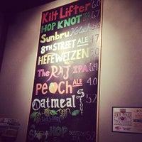 Photo prise au Four Peaks Tasting Room par Jeff H. le7/16/2013
