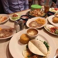 Foto tomada en La Parrilla Mexican Restaurant por Raj K. el 3/31/2017