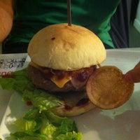 6/8/2013 tarihinde Valentino V.ziyaretçi tarafından QUARTO Burger & Drinks'de çekilen fotoğraf