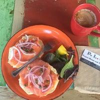 Foto tirada no(a) PLG Coffee House and Tavern por Maya J. em 10/21/2017